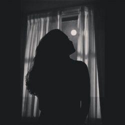 تو ماه را بیشتر از همه دوست می داشتی و حالا ماه هر شب تو را به یاد من می آورد می خواهم فراموشت کنم اما این ماه با هیچ دستمالی از پنجره ها پاک نمی شود!   #رسول_یونان