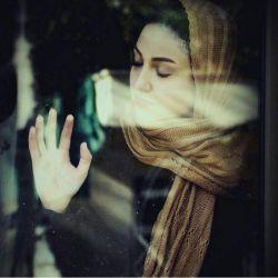 به چه می اندیشی نگرانی بیجاست عشق اینجا و خدا هم اینجاست لحظه ها را دریاب زندگی فردا نه، همین امروز است راه ها منتظرند تا تو هرجا که بخواهی برسی لحظه ها را دریاب پای در راه گذار …