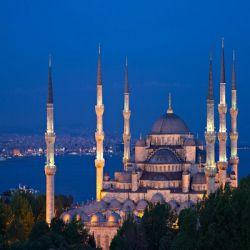 مسجد سلطان احمد یا مسجد آبی از بناهای دیدنی شهراستانبول می باشد. این مسجد یکی از زیباترین شاهکارهای معماری اسلامی است که به علت وجود کاشیهای آبی رنگ در طراحی داخلی به «مسجد آبی» نیز شهرت دارد.  این مسجد طی سالهای 1609 تا 1619 به دستور سلطان  احمد اول بنا شد و به همین دلیل پس از مرگ وی مسجد را مسجد سلطان احمد نامیدند. وی در همین مسجد دفن شدهاست.