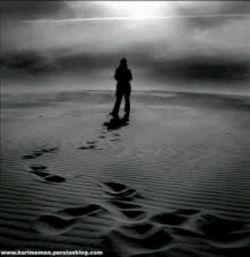 قدم هایم من را از تو دور مى سازند اما… اما مگر تو نزدیك بودى حتى وقتى به آغوشم پناه آورده بودى در دورترین نقطه ى ممكن از من بودى همیشه و همه جا درست همانجا بودى كه نباید… حال نگاه كن یادگارى ام براى تو چند ردّه پا تا آخر خیابان عاشقى است در خاطرت بسپار… طلوع آفتاب مرگ یادگار هایمان مى شود نمى گویم دلتنگت نمى شوم اما دل را به قتل مى رسانم… تا دیگر هوایى نشود براى تو این بار من مى روم تو بمان و یادگارى هایت…