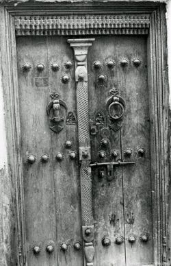 درب قدیمی با کوبه های زنانه و مردانه