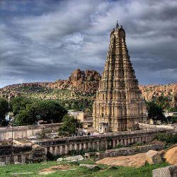 معبد ویروپاکشا  معبد ویروپاکشا یکی از جاذبه های توریستی هند میباشد . ساخت این معبد در شهر پمپی به عنوان یک معبد کوچک آغاز شد و بعد به عنوان یک مجتمع بزرگ تحت سلطه حاکمان ویجایانگارا گسترش یافت . این معبد یکی از قدیمی ترین معابد هندوها درهند است و گفته می شود که این معبد در قرن هفتم پس از میلاد ساخته شده  و از زمانیکه هرم کوچکی بوده ، در حال کار است .