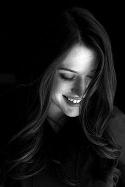 وقتی می خندی عشق، کوچکترین اتفاقیست  که می افتد...  . #مریم_ملک_دار