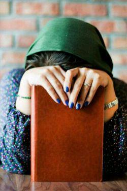 زنی که زیر لب غرغر میکند.... بد و بیراه به سرمای زمستان میگوید دیوانه نیست.... دلش تنگ آغوش مردانه ای شده است!