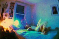من خوابیده روی تخت.. با چای سردی روی میز. با نخ به نخ سیگارهایم. باز خاطره ای از بانوی زیبایم..! رد شدن لبخندش در تمام روزهایم. باز منو تنهایی با این روح بیمارم..!  #امین_ارشین