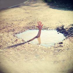 خدایا نگذار تا در باتلاقی که در دنیا برای خود ساخته ایم غرق شویم...خدایا کمک کن...