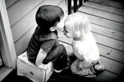 تجربه، مطلقاً به کار عاشق نمی آید. کسی که تجربه دارد قبل از هر چیز می داند که نباید عاشق بشود. تجربه، عشق را باطل می کند. بنابراین، تجربه، کل زندگی را باطل می کنه. عشق، چیزیست یگانه و یکباره،اما تجربه یعنی تکرار، یعنی بیش از یک بار. عاشق شدن، شرط اولش بی تجربگی است...  #نادر _ابراهیمی