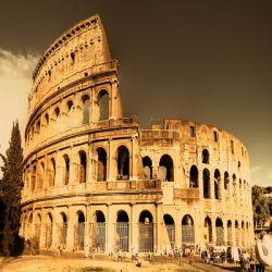 کولوسئوم  یکی از باشکوه ترین جاذبه های گردشگری رم ،کولوسئوم است که احتمالا معروف ترین ساختمان امپراتوری رم است .این ساختمان زمانی بیش از 55،000 تماشاگر را در خود جای می داد و محل انجام بازی های زیادی همانند گلادیاتورها و حیوانات وحشی بوده است