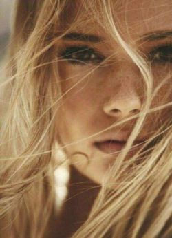 هر شب موهایم را شانه میکنم صبح که بیدار میشوم موهایم آشفته است !!! من هر شب خواب #سرانگشتان تو را میبینم