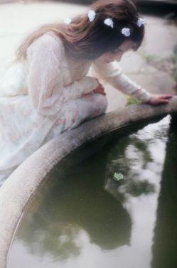 مثل عکس رخ مهتاب که افتاده در آب،در دلم هستی و بین من و تو فاصله هاست... آسمان با قفسِ تنگ چه فرقی دارد؟بال،وقتی قفس پر زدن چلچله هاست... پ.ن:و سکوتِ تو جوابِ همۀ مسئله هاست!