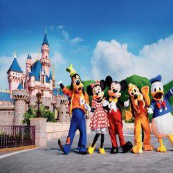 یکی از جاذبه های دیدنی هنگ کنگ، پارک تفریحی دیزنی لند است .این پارک در 12 سپتامبر سال 2005 افتتاح گردید که با افتتاحش به رویای بچه ها و بزرگترها رنگ واقعیت بخشید . در این مجموعه شخصیت های کارتونی مثل :قلعه زیبای خفته،چرخ و فلک سیندرلا،میکی موس ، وینی پیف ، سفید برفی و دیگر شخصیت های کارتونی به نمایش گذاشته شده است