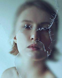 هم من.. هم آینه.. هر دو  نبودنترا به تصویر میکشیم من با موهای سفیدم!! و آیینه با تمام صداقتش!!