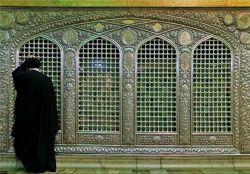 تصاویر دیده نشده از امام خامنه ای در جوار ضریح امام رضا(ع) شب قبل از تشییع پیکر آیت الله واعظ طبسی