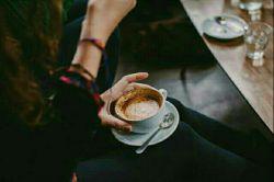 برایت قهوه میریزم،  تو از من آب میخواهی!  به چَشمت  شعر میکارم  ولیکن خواب میخواهی!  کنارت هستم و عاشق،  نفسهایم همه اُمّید مرا رفته،  مرا مُرده،  مرا در قاب میخواهی!