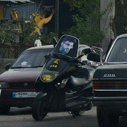 فقط در لبنان! تصویر سید حسن نصرالله و یا تصاویر شهدا روی شیشه موتور یا ماشین.
