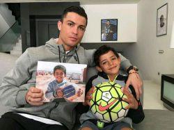رونالدو و پسرش در حمایت از کودکان سوریه این عکس رو انداختند....واقعا انسان دوست هست این رونالدو....