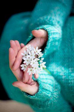دستهایم بوی فردا می دهد، بوی امید، بوی قد کشیدن و رستن، بوی جوانه زدن لبخندهای ساده، بر شاخه های دلتنگ امروز، بوی ترنم و ترانه، که جاری می شوند، درکوچه های شعر... بهار همین نزدیکیست... |صد برگ❤