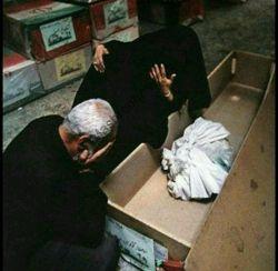جنازه پسرشونو که آوردن،چیزی جز دو سه کیلو استخون نبود...  پدر سرشو بالا گرفت و گفت: حاج خانم غصه نخوری ها دقیقا وزن همون روزیه که خدا بهمون هدیه دادش.....