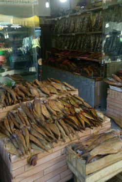 سلام.... یکی از سوغاتی های استان گیلان ماهی دودی-ماهی شور معمولا یک تکه ازش رو تو ظرف گذاشته روی برنج دم بکشه پخته میشه ومعمولا با باقالاقاتق نوش جان میشه:)))