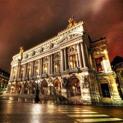 کاخ گارنیه یا اپرا گارنیه محل برگزاری اپراهای شهر پاریس از سال ۱۸۷۵ تا ۱۹۸۹ میلادی با ۱۶۰۰ صندلی بودهاست. این کاخ در ۱۸۶۲ توسط شارل گارنیه شروع به ساخت و در سال ۱۸۷۵ افتتاح شدهاست.  نام این ساختمان از ۱۸۷۵ تا ۱۹۷۸ تئاتر اپرا و از سال ۱۹۷۸ تا ۱۹۸۹ به نام تئاتر اپرا ملی پاریس نامگذاری شده بود.