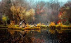 یک هنرمند عکاس 10 سال از عمرش را در کنار دریاچه ای گذراند تا بتواند با خلق آثاری شگرف، افسانه ها و داستان های تخیلی را به تصویر کشد.   در حقیقت تصاویری که در ادامه می بینید، عکس هایی واقعی هستند که در فصول و سال های مختلف گرفته شده اند و با اندکی تغییرات بیانگر دنیای درون این عکاس هستند، به عبارتی این تصاویر حکایت از چگونگی تغییر یک عکس حقیقی به تصویری خیالی و افسانه ای در درون یک شخص دارد.