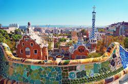 پارک گوئل (Park Güell) یکی از معروف ترین مکان های دیدنی بارسلونا در شمال شرق اسپانیاست. گوئل تاجر موفقی بود که از معمار سرشناس آن زمان آنتونی گائودی (Antoni Gaudí) خواست برایش باغی زیبا و تماشایی طراحی کند.