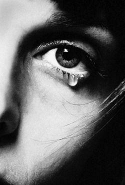 قلب نیست لعنتی ... چیزی است در دلم ... آویخته به بندی ... تاب میخورد بینِ بغضهایِ من ؛ و دردهایِ  زندگی ... نه میایستد که مرا راحت کند ؛ نه میتپد که ماتمِ تو را کم کند ....