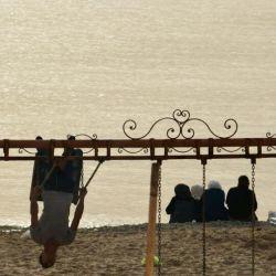 یک روز معمولی، #ساحل #دریا در #بیروت . خانواده ها در حال تفریح و #شنا . #دریای_مدیترانه