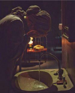 مرا به گریه نینداز میشکنم مثل فنجانی که وقتی شکست نفهمیدیم بوته ی نقاشی شده ی گل سرخش  کجاست!...  . . #رویا_شاه_حسین_زاده