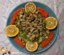 سالاد خوشمزه با مخلوطی از سبزی ها و گوشت مرغ و قارچ ☺