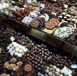 من ک فعلا تو شک هستم نمیدونم با این همه شکلات چکار کنم شما رو نمیدونم:))))♡♡♡♡♡