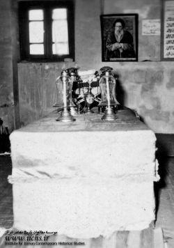 بنای پیشین مزار شهید آیت الله سید حسن مدرس در قبرستان شهر کاشمر/ شهید آیت الله سید حسن مدرس، از نمادهای همگامی دین و سیاست و دینی کردن برخی نمادهای عرفی از جمله پارلمانتاریسم در ایران معاصر به شمار میرود. او در عرصه های گوناگون علم و عمل، واجد کمالات و امتیازاتی بزرگ بود، که بسیاری از دشمنان وی نیز بدان اذعان کرده اند.او در 10 آذر ماه 1316 در تبعید گاه خواف و به دستور رضاخان به شهادت رسید. مزار او ــ همانگونه که خویش پیش بینی کرده بود ــ زیارتگاه مردم در شهر کاشمر به شمار میرود.