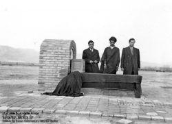 بنای اولیه مزار شهید آیت الله سید حسن مدرس در قبرستان شهر کاشمر/ شهید آیت الله سید حسن مدرس، از نمادهای همگامی دین و سیاست و دینی کردن برخی نمادهای عرفی از جمله پارلمانتاریسم در ایران معاصر به شمار میرود. او در عرصه های گوناگون علم و عمل، واجد کمالات و امتیازاتی بزرگ بود، که بسیاری از دشمنان وی نیز بدان اذعان کرده اند.او در 10 آذر ماه 1316 در تبعید گاه خواف و به دستور رضاخان به شهادت رسید. مزار او ــ همانگونه که خویش پیش بینی کرده بود ــ زیارتگاه مردم در شهر کاشمر به شمار میرود.