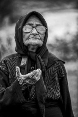 مادرم پیامبری بود با یک زنبیل پر از معجزه! یادم هست: در اولین سوز زمستانی النگویش را به بخاری تبدیل کرد ...!   #تارا_محمدصالحی