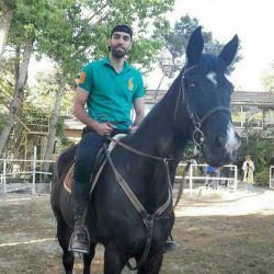 هیرو در حال اسب سواری