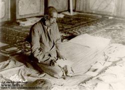 شهید آیت الله سید حسن مدرس در حال خواندن عریضه های مردم در منزل شخصی/ شهید آیت الله سید حسن مدرس، از نمادهای همگامی دین و سیاست و دینی کردن برخی نمادهای عرفی از جمله پارلمانتاریسم در ایران معاصر به شمار میرود. او در عرصه های گوناگون علم و عمل، واجد کمالات و امتیازاتی بزرگ بود، که بسیاری از دشمنان وی نیز بدان اذعان کرده اند.او در 10 آذر ماه 1316 در تبعید گاه خواف و به دستور رضاخان به شهادت رسید. مزار او ــ همانگونه که خویش پیش بینی کرده بود ــ زیارتگاه مردم در شهر کاشمر به شمار میرود.