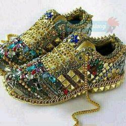 کفشای یه عرب سرمایه دار که کلا ازطلا وزمردوسنگهای قیمتی درست شده است