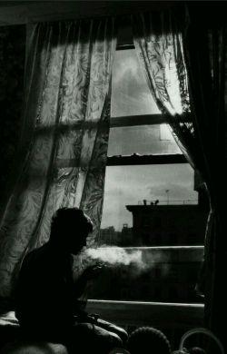 گاهى وقتا زندگى خیلى سخت مى شه ... اونقدر سخت كه نمى تونى دستت رو دراز كنى و چاییت رو از پیشخونِ پنجره بردارى ...  زندگى از دهن افتاده ...! پ.ن:تو فکر اینم که دیگه فکر نکنم...
