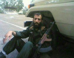 شهید #مدافع_حرم مهدی(حامد)کوچک زاده در حال استراحت پشت ماشین ! سلامتی رزمندگان اسلام صلوات