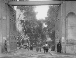 سال ١٣٠٩ - سر در باغ ملی، خیابان سپه تهران