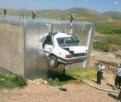 خودرو پژو بعداز تصادف با کامیون و ۳۵مترپرواز وارد منزل مسکونی شد جاده مهاباد .راننده فوت کرد