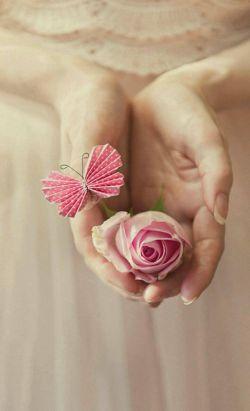 """ما میتونیم خیلی چیزها رو به آدم های اطرافمون هدیه کنیم                                   مثل :                           عشق ،محبت و....      اما"""" لیاقت"""" داشتن اینها رو ما نمیتونیم بهشون   بدیم!!!"""