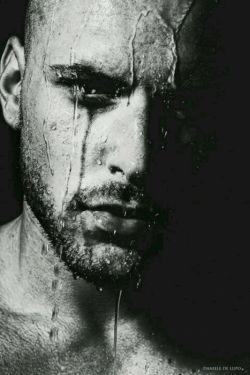 """""""دلتنگی"""" یه راهه تا بی نهایت، بی گریه بگو خداحافظ... بی چترت به بارون ندارم عادت، بی گریه بگو خداحافظ... دل کندیو بی وقفه روی آتیشه عشقت آب ریختم، پشت سرت گریه نکردم پشته سرت سراب ریختم... از پنجره ادامه میدم، این آخرین کوچه ی دنیاس... این جاده که به شب رسیده، تعبیر وارونه ی رویاست..."""