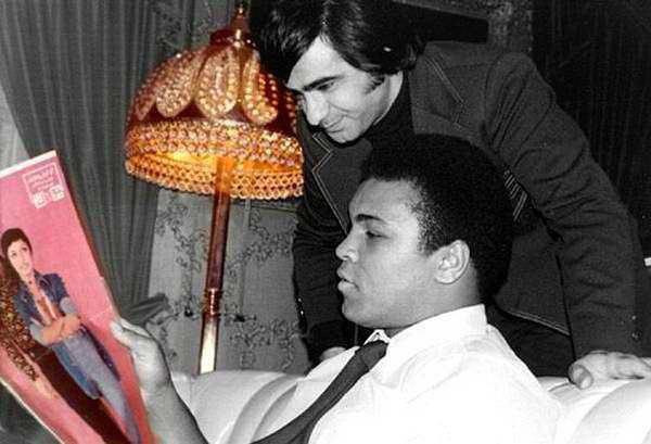 به یاد محمد علی  قهرمان و اسطوره سنگین وزن بوکس جهان که  دیشب در سن ۷۴ سالگی از دنیا رفت. این عکس در کنار عارف هنگام سفرش به تهران در دهه ۵۰ گرفته شده