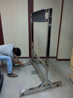 پایهی ساخته شده از استیل برای نمایشگر لمسی 84 اینچی کاواک در مجمع تشخیص مصلحت نظام www.cavac.ir