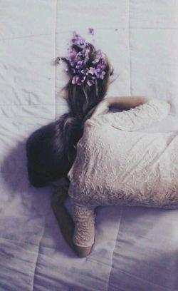 دیروز زنی را دیدم که مرده بود، مثل ما نفس می کشید... راستی یک زن چطور می میرد!؟ مرگش چگونه است!؟ یا لبخند به لب ندارد،،، یا آرایش نمی کند،،، یا دست کسی را نمی فشارد،،، یا منتظر آغوشی نیست،،، یا حرف عشق که میشود پوزخند میزند!!! آری زن ها اینگونه می میرند...