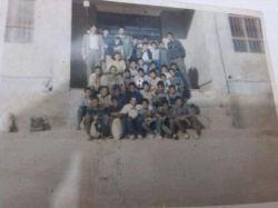 سال ٧٢دانش آموزان سال دوم و سوم راهنمایی.من سومی بودم.مدرسه روستامون.من از ردیف بالا از سمت راست نفر دوم پیش اقا معلم...رفته بودیم گردش ...آه چ روزهایی بود