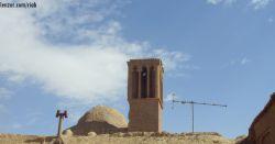 بیشتر خانه های روستا بادگیر، سقف گنبدی و ایوان(صوفه) دارند که از معماری سنتی ایران به ارث بردند و این چنین معماری در این منطقه بسیار هوشمندانه است. طاقهاى قوسى و گنبدى به چند دلیل مناسب مناطق خشک ایران بوده و هستند:(ادامه در کامنت)