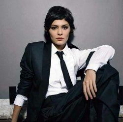 چرا موهاتو کوتاه کردی..؟  مزاحم کارم بود!  وقتی یه زن موهاشو کوتاه میکنه یعنی قراره یه تغییر تو زندگیش به وجود بیاره.  Coco Before Chanel - 2009