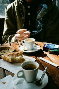 عادت کرده ام تنها توی کافه ای بنشینم از پشت پنجره آدمها را ببینم،قهوه ای تلخ بنوشم و تا خانه پیاده با نبودنت راه برم و سیگارم را دود کنم...